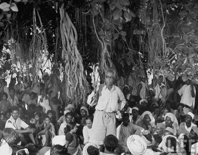 Indian Communist Party Leader S. V. Perulekar speaking to a crowd of aborigines villagers of the Untouchables caste, while standing under a banyon tree - Zari India 1946