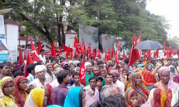 Massive-demonstration-of-flood-affected-people-before-madhubani-dm-2017-09-15-at-5.19.34-PM-627x376